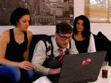 Vidéo porno mobile : The geek has fun with two sluts